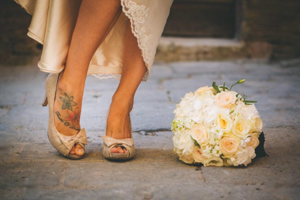 Se si rompe il tacco delle tue scarpe da sposa proprio mentre stai andando verso l'altare?