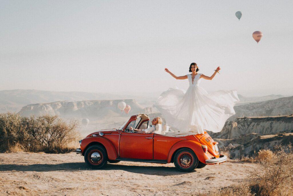 sposa su una macchina