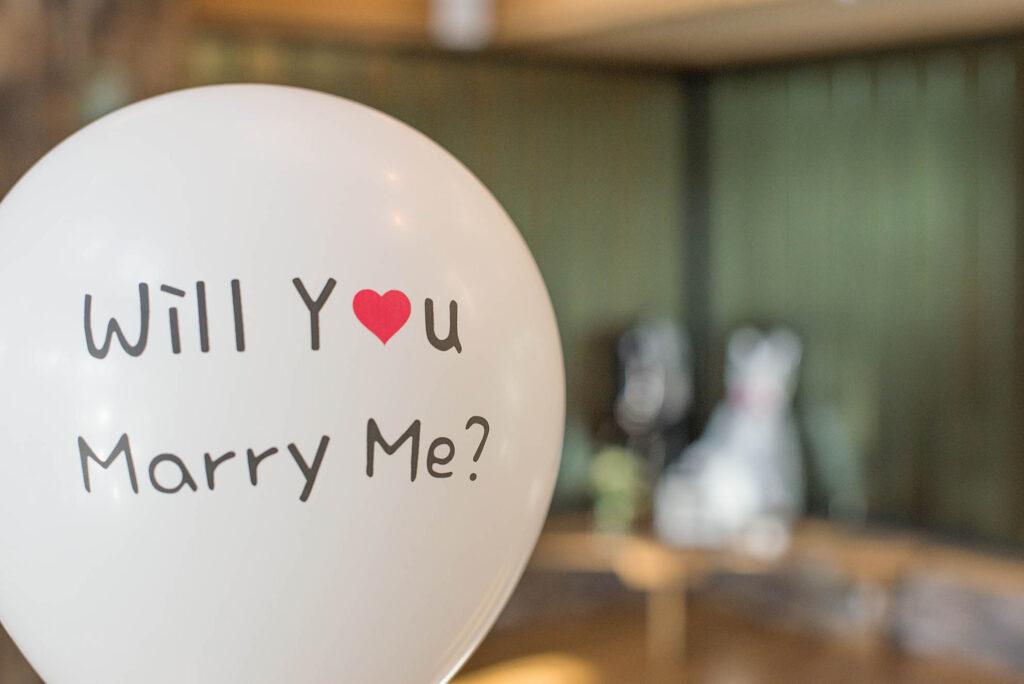 proposta di matrimonio con palloncini